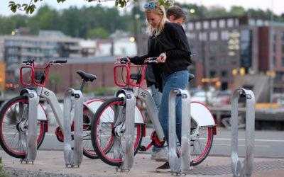 Aluminium fra norske vrakbiler blir sykkelstativ i Trondheim og Bergen sentrum
